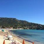 Photo de la plage. L'hôtel se trouve au bout à gauche.