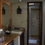 bathroom of Girasoles room