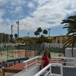 uitzicht vanaf het dak op de tennisvelden direct op het park