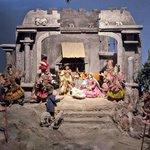 「キリストの誕生」の中世風の人形とコスチュームで展示されている