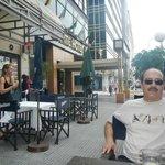 En las afueras del Hotel Conte, en un cafe vecino.
