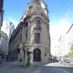 Santiago de Chile, Edificio de la Bolsa de Comercio. Vista frontal y pileta por calle Bandera.