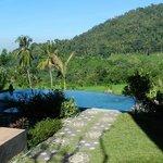 La piscine et la vue de l'hôtel