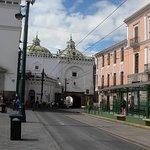 Entrada a la Iglesia, parada del trole, edificios coloniales, paso que atraviesa la construcción