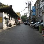 道順③ 東単北大街を左に曲がり、少し行くと右手に警察関係?の建物。日本車のパトカーが並んでいた。
