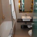Badrummet med badkar o toalett.