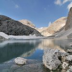il lago di Antermoia e il Catinaccio intorno