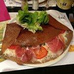 galette montagnarde. raclette, tomate, jambon sec et emmental