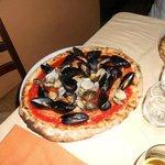 Pizza alla pescatora, con vongole veraci, cozze e gamberi.