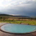 Blick auf die Hotelterasse mit Pool