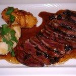 Magret de canard,sauce aux raisins,mousselines de panais et patate douce
