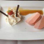 bavarois van bloedsinasappel met een toef slagroom