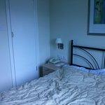 Chambre double avec SdB (vue lit + porte SdB)