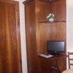 hotel italia - stanza nr 36 - letto e tv