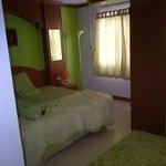 очень уютная и стильная зеленая комната