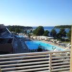 Blick vom Zimmer auf den Pool und das Meer