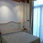 Camera rosa letto e porta-finestra con balconcino