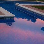 Prachtige zonsondergang gereflecteerd in het zwembad