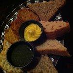 selezione di pane con pesto fresco e burro