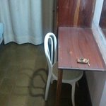 """qe dormir vestidael """"escritorio"""" la silla estaba destartalada"""