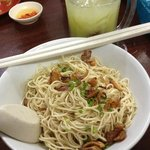 Dry kolo noodles with buah long long drink in the background