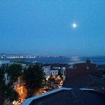 """Vista de la """"Gran Luna"""" (22 june 2013) sobre el Bósforo desde la terraza del Nobel Hostel"""