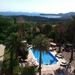 Aussicht vom Zimmer auf Pool und Meer
