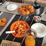mise en place grigio-avorio... e l'arancione con albicocche, melone e tomato-ananas!