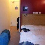 Camera 5 - accesso (l'altro lato del letto poggia alla parete)