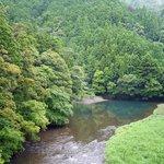その橋から見える見事な渓流