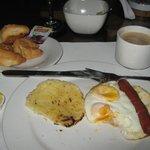 Desayuno: Huevos fritos enteros con salchicha y la infaltable arepa