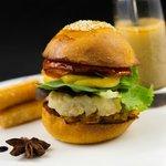 Hamburger de bouillabaisse, ses frites en panisse et soupe de poissons en verrine