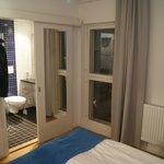 Blick vom Zimmer über Bett Richtung Bad