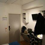 Blick über Bett Richtung Zimmertüre, Garderobe