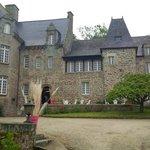 Cour du château de Brelidy