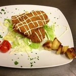Pollo fritto con salsa di maionese di soia e spiedino di patate al forno
