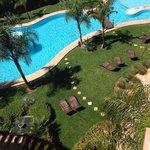 Vue de l'appartement sur la belle piscine lagon