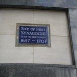 placa conmemorativa de la primera sinagoga