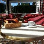 Terrasse ensoleillée pour petit déjeuner en toute simplicité