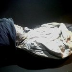 Momia de una mujer indígena, aun se ve su reboso y trenza.