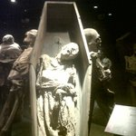Momia en el ataúd donde fue enterrada.