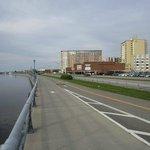 Pista ciclable y peatonal a la orilla del rio
