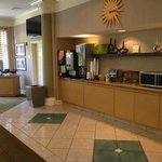 La Quinta South Airport - Breakfast Area and TV