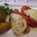 Segundo plato: Lomo con tomate, mozzarella y orégano