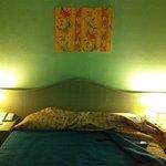 Arazzo sopra il letto (unico arredo alle pareti)