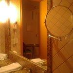 Espelho retrátil no banheiro