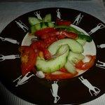 Plato de comida muy bien presentado y servido en mesa