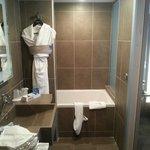 la moitié de la salle de bain (côté baignoire)