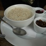 Porridge with raisins and fruity compote