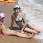 На пляже: пляж смешанный песочек плюс галька